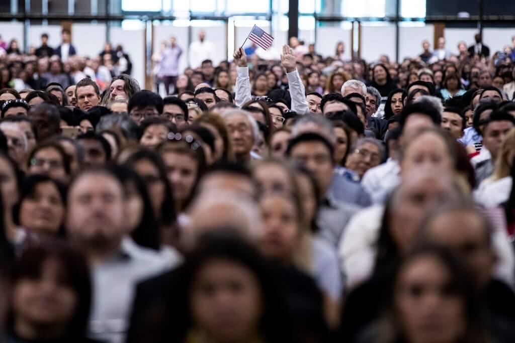 Церемония натурализации в 2019 году, проводимая Службой гражданства и иммиграции США в Лос-Анджелесе.